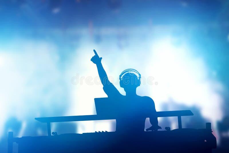 Schlagen Sie, Disco DJ spielende und mischende Musik für Leute mit einer Keule nachtleben stock abbildung