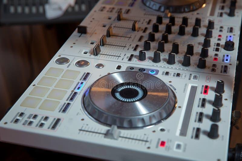 Schlagen Sie Diskjockeystadiumsausr?stung f?r das Spielen von Musik auf Partei mit einer Keule Digital-Drehscheibeplattform f?r N lizenzfreies stockbild