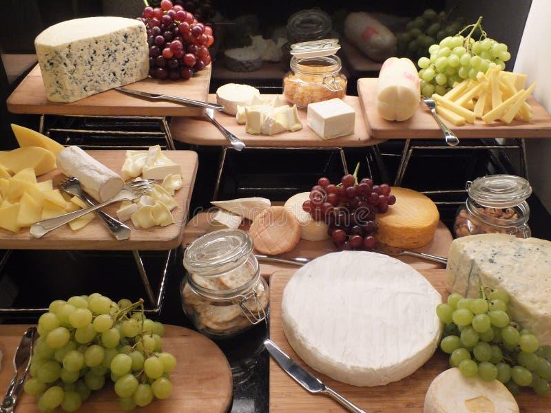 Schlagen Sie mit Stücken verschiedenen Arten des Käses lizenzfreies stockbild