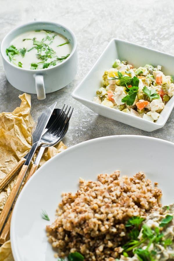 Schlagen Sie Restaurant, Menüwahl, Stroganoff, grünen Salat und Hühnersuppe lizenzfreies stockfoto