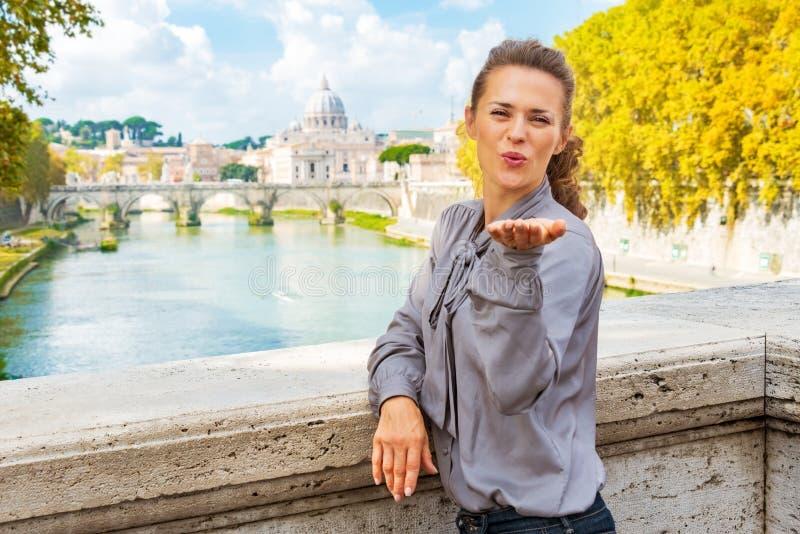 Schlagkuß der Frau vom ponte Umberto I in Rom stockfotos