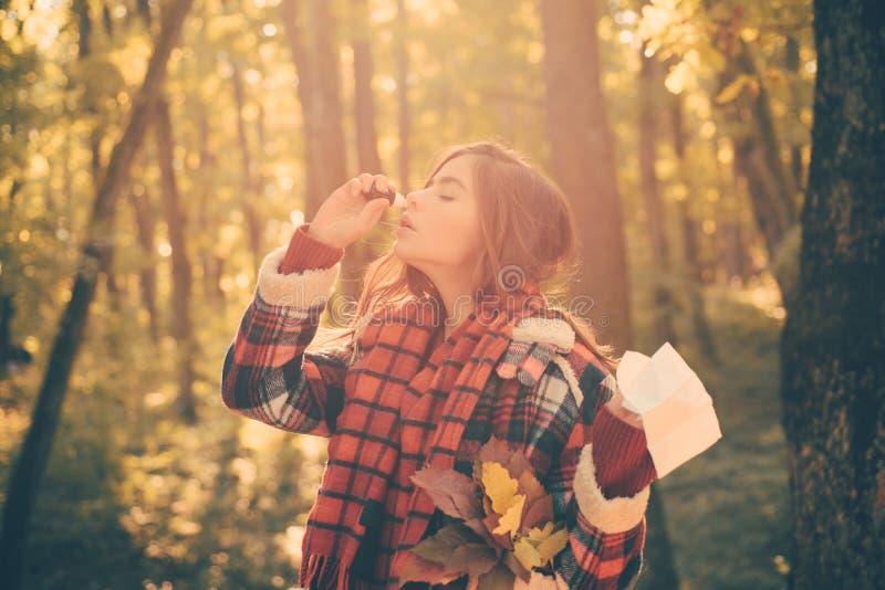 Schlagnase der jungen Frau an der Natur Kranke Leute haben laufende Nase Frau mit Allergiesymptom-Schlagnase lizenzfreies stockfoto