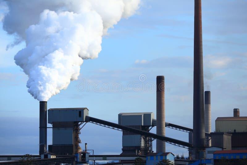 Schlagrauch des Stahlwerks stockfotografie