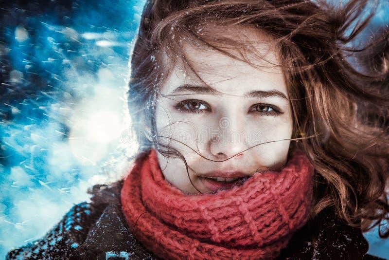 Schlagsternstaub des schönen Brunettemädchens - Winterporträt stockfotos
