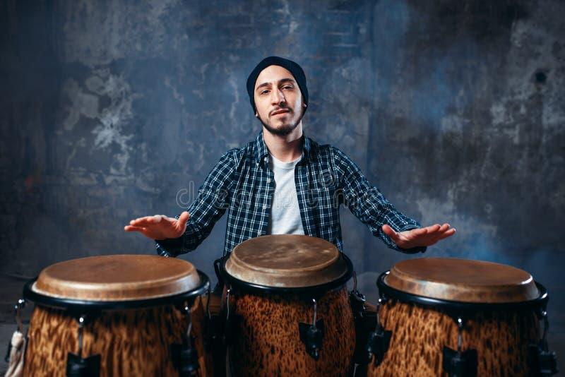 Schlagzeuger, der auf hölzernen Bongotrommeln, Beatmusik spielt stockfoto
