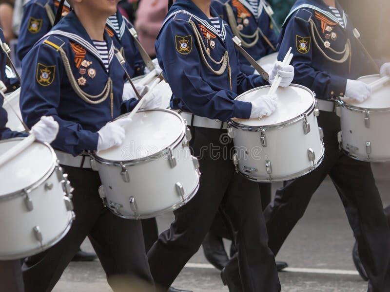 Schlagzeuger in einer Blaskapelle stockfotografie