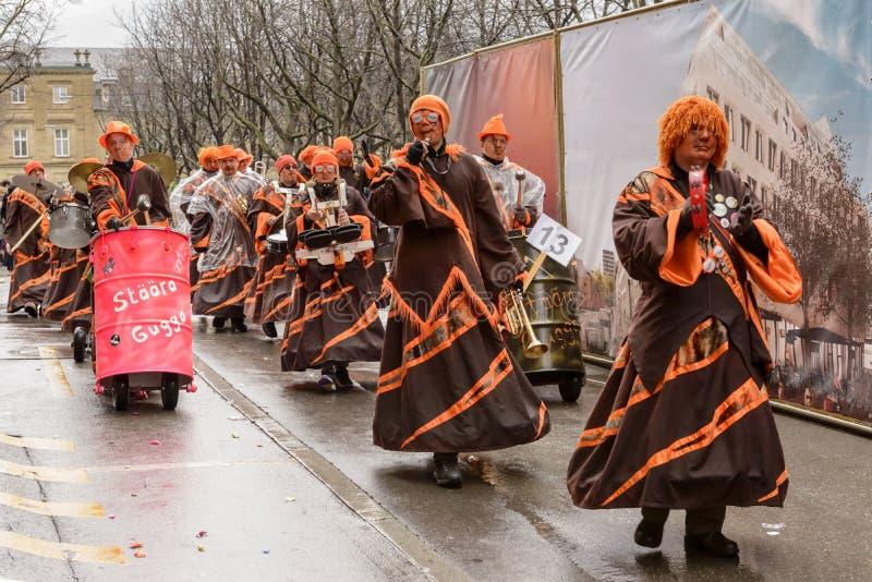 Schlagzeuger gruppieren das Marschieren unter Regen an der Karnevalsparade, Stuttgart stockfoto