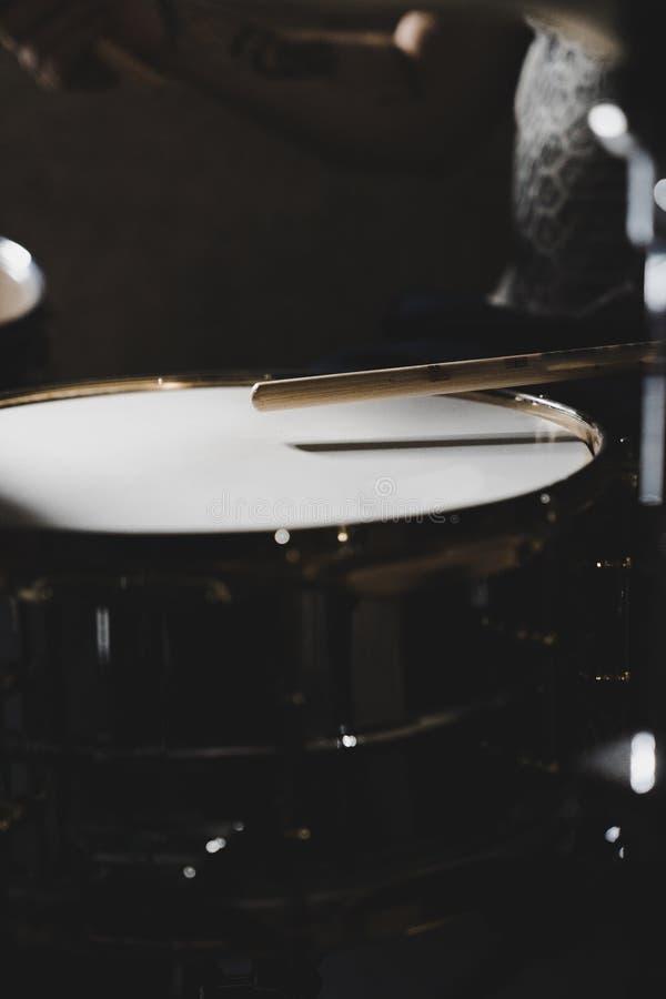 Schlagzeuger Playing eine Schnarrtrommel stockbild
