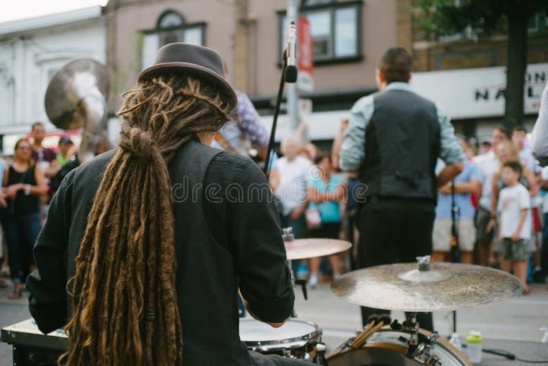 Schlagzeuger und Band, die Live-Musik auf einer Straße durchführen stockbilder