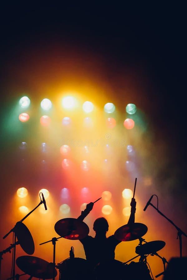 Schlagzeugerschattenbild auf einem Stadium stockfotos