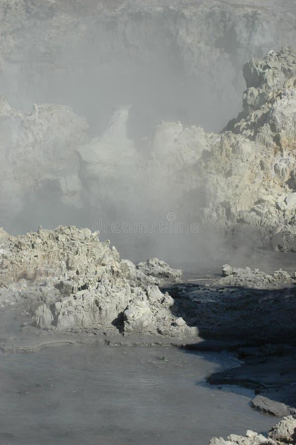 Schlamm, Felsen, Dampf und Schwefel - eine unfruchtbare Landschaft stockfotos
