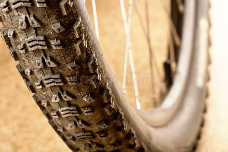 Schlammiger Reifen stockbilder