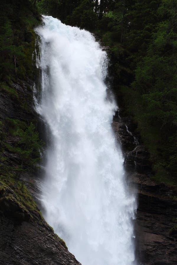 Schlammwasser von Cascade du Rouget, französische Alpen stockbilder
