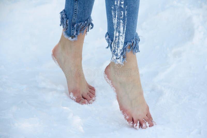 Schlanke Füße schließen oben lizenzfreie stockfotografie