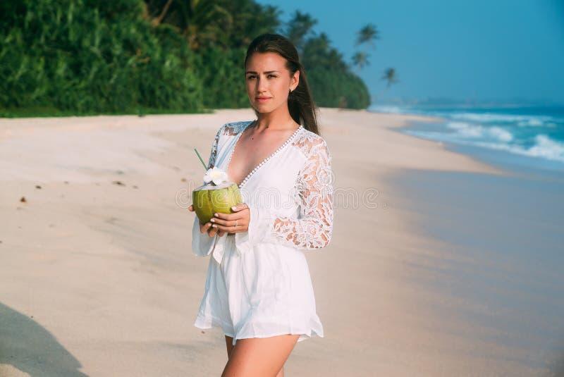 Schlanker großer schöner Brunette kam, auf den Inseln, Wege stillzustehen entlang dem weißen sandigen Strand, genießt das Wochene lizenzfreie stockbilder