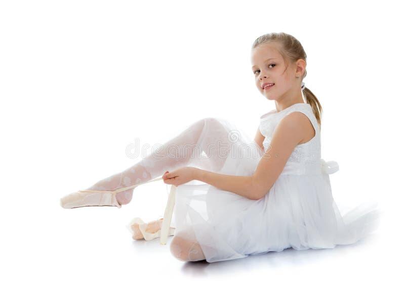 Schlankes, flexibles junges blondes Mädchen lizenzfreie stockfotografie