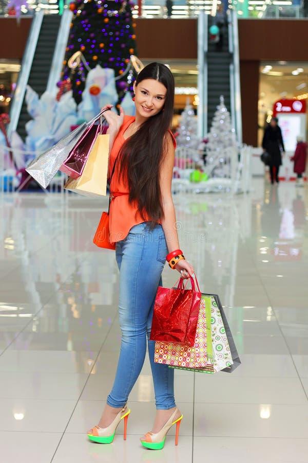 Schlankes schönes Mädchen nach dem Verkauf lizenzfreies stockfoto
