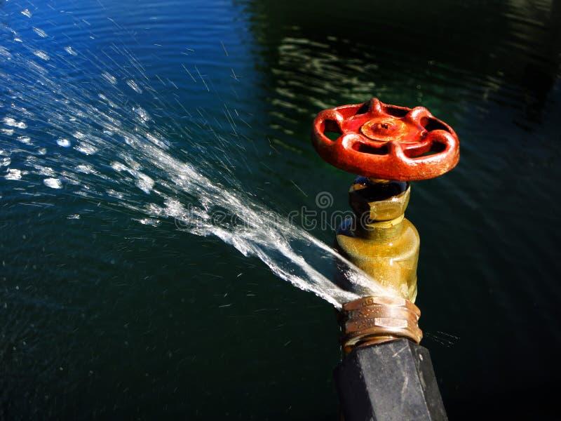 Schlauch-Hahn-Verbindung, die Wasser leckt und spritzt lizenzfreie stockbilder