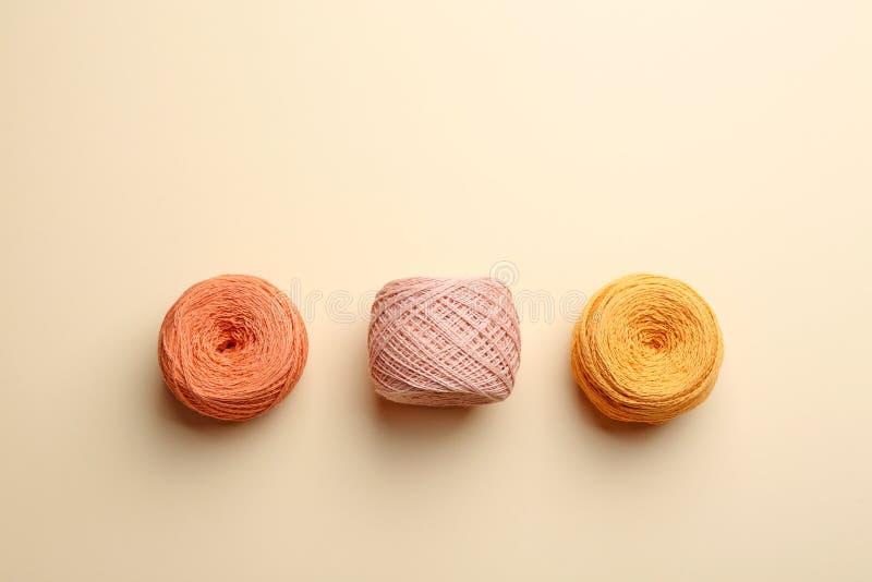 Schlaufen von strickenden Faden auf Farbhintergrund N?hendes Material stockfoto