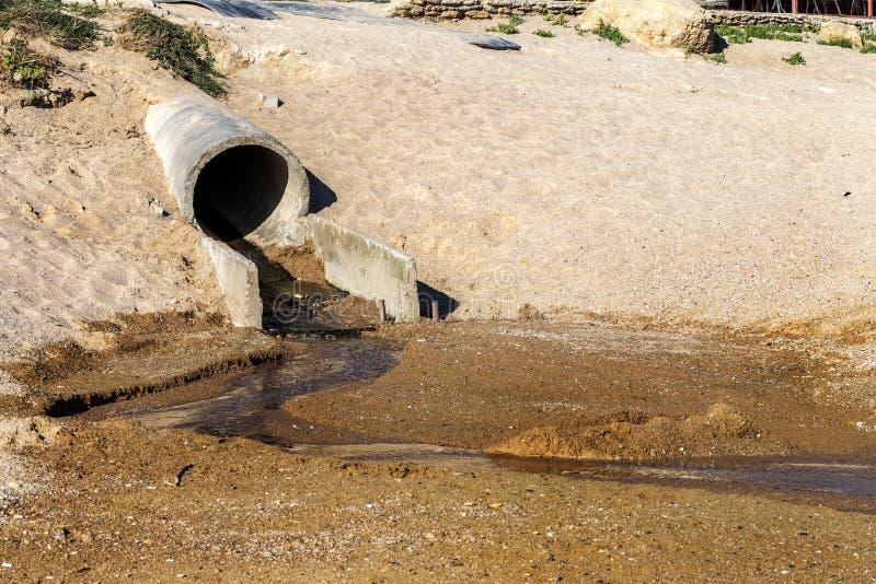 Schlecht behandeltes Abwasser wird in das Meer auf den coas entladen stockfotografie