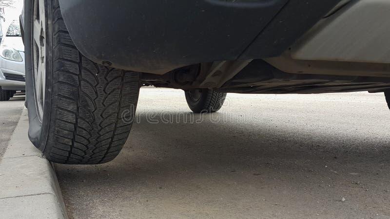 Schlecht parkendes Auto auf der Straße stockbild