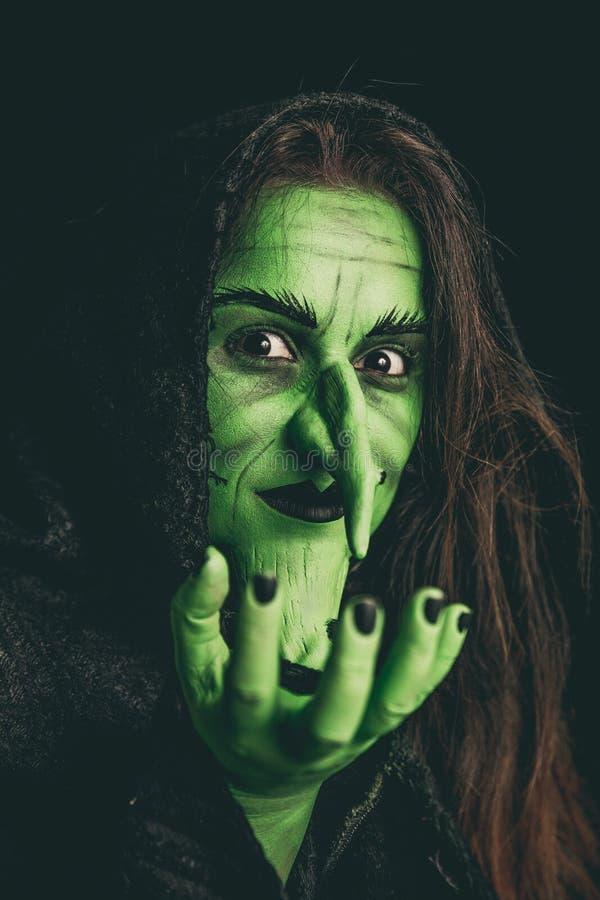 Schlechte Hexe, die ein unsichtbares Einzelteil hält lizenzfreie stockbilder