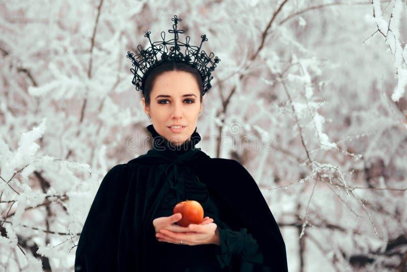 Schlechte Königin mit vergiftetem Apple im Winter-Märchenland lizenzfreies stockbild