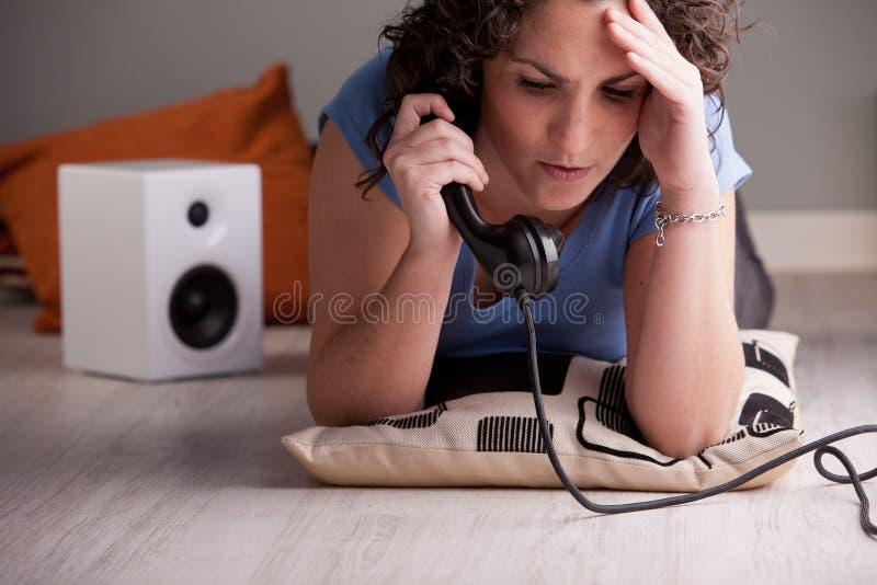 Schlechte Nachrichten, die telefonisch für das Mädchen kommen lizenzfreie stockfotos
