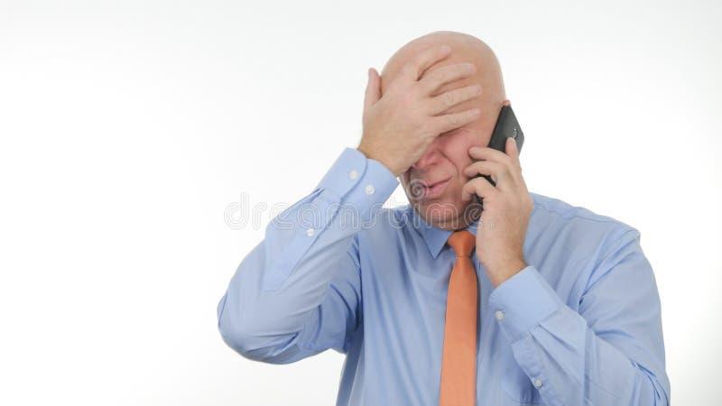 Schlechte Nachrichten nervöser Wirtschaftler-Gesticulate Irritated Hearings auf Mobile stockbilder