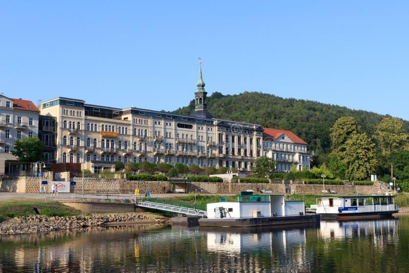 Schlechte Promenade Schandau Elbe mit Hotel Elbresidenz und Landungspier in der sächsischen Schweiz lizenzfreies stockfoto