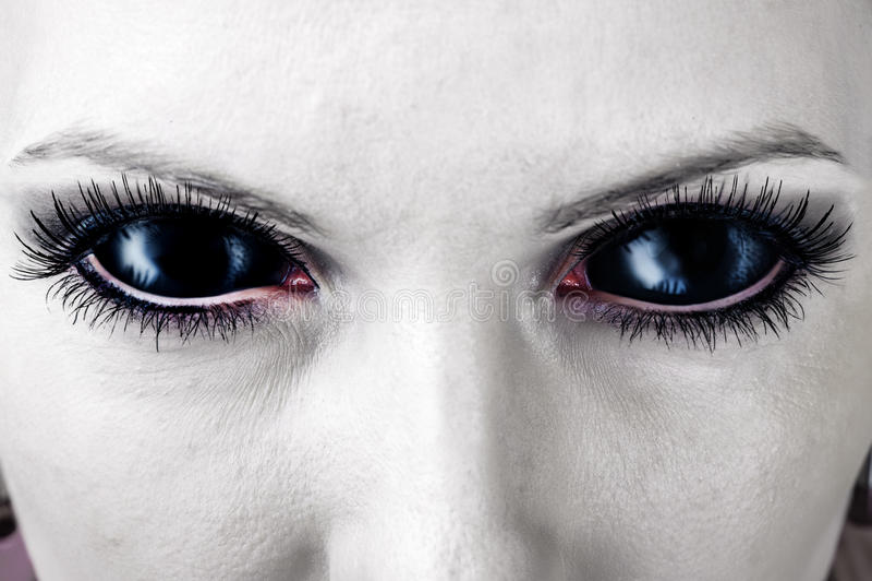Schlechte schwarze weibliche Zombieaugen. lizenzfreie stockfotos