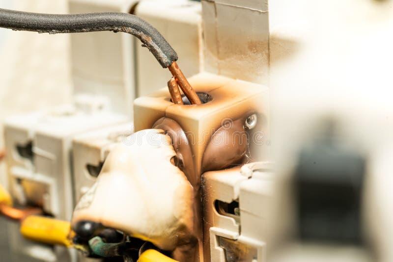 Schlechte verdrahtende Installation, die Schaden auf Schalter-Unterbrecher-Sicherung verursacht stockbilder