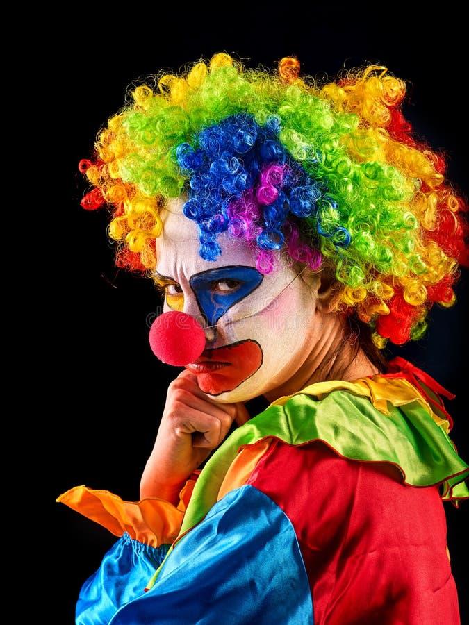 Schlechter Clown auf schwarzem Hintergrund Porträt von Wahnsinnigen lizenzfreie stockbilder