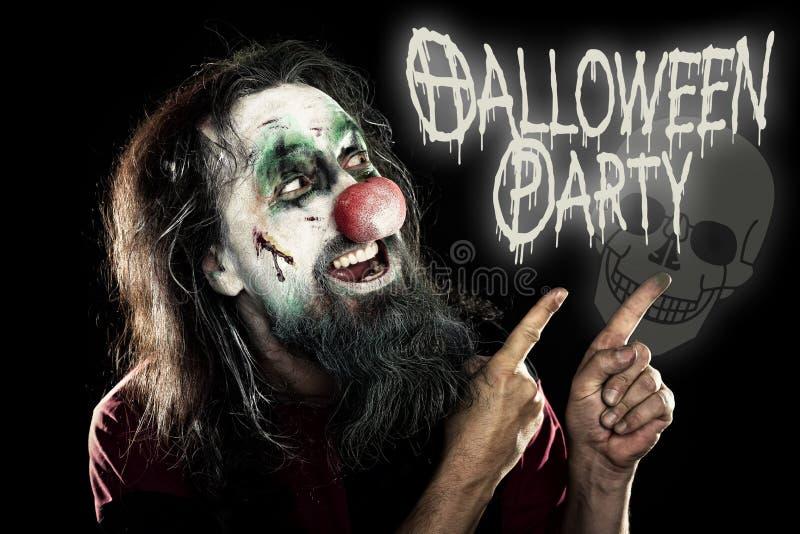 Schlechter Clown, der auf die Texthalloween-Partei, schwarzes backgroun zeigt stockbild