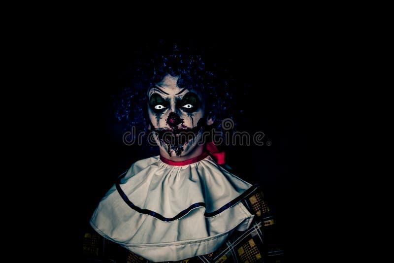 Schlechter Clown des verrückten hässlichen Schmutzes in der Stadt auf Halloween, das Leute entsetzen lässt und erschrocken stockbild