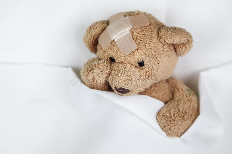 Schlechter kranker Teddybär stockbilder