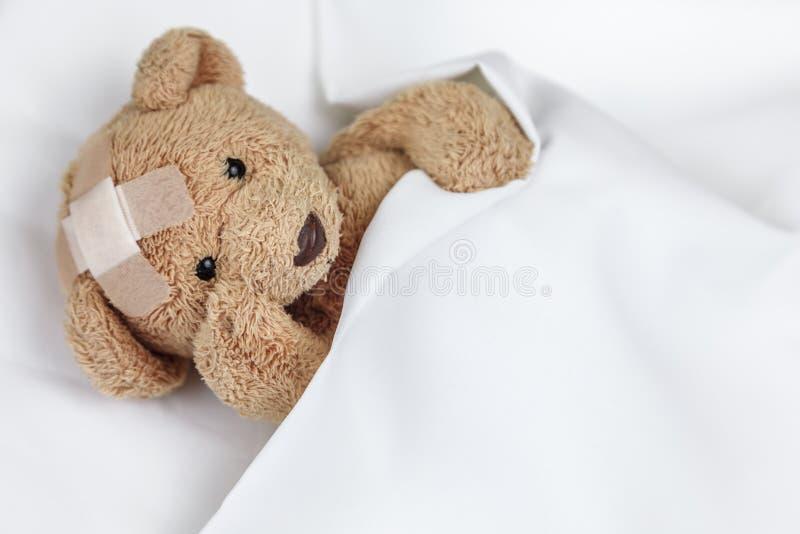 Schlechter kranker Teddyb?r lizenzfreie stockfotos