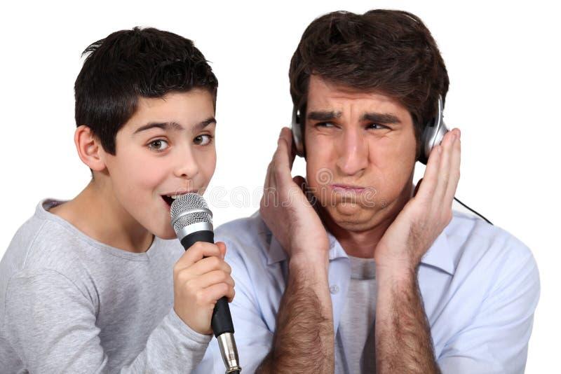 Schlechter Sänger mit Vater stockfoto