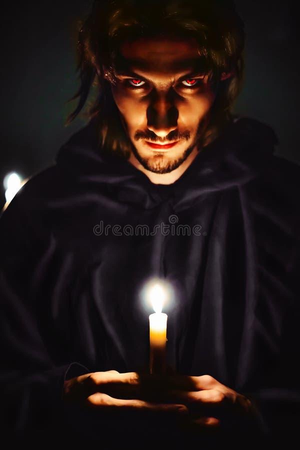 Schlechter Zauberer mit einer Kerze lizenzfreie stockfotos