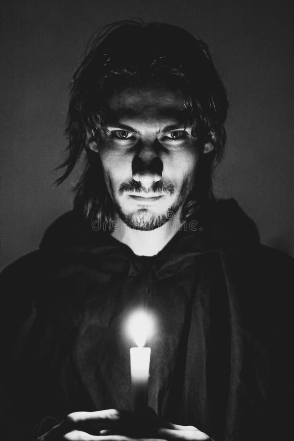Schlechter Zauberer mit einer Kerze lizenzfreie stockfotografie