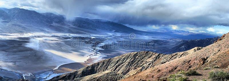 Schlechtes Wasser-Becken von Dantes Ansicht - Death Valley Kalifornien lizenzfreie stockfotografie