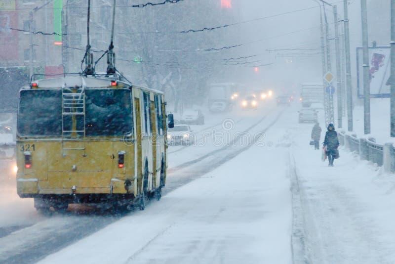 Schlechtes Wetter in einer Stadt: schwere Schneefälle und Blizzard im Winter stockfotografie