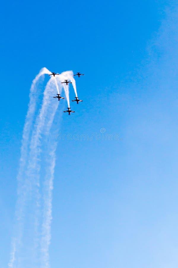 Schleife de loop durch sechs Flugzeuge stockbilder
