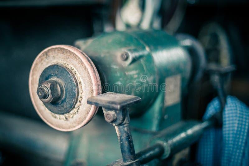 Schleifer in der alten Werkstatt stockbilder