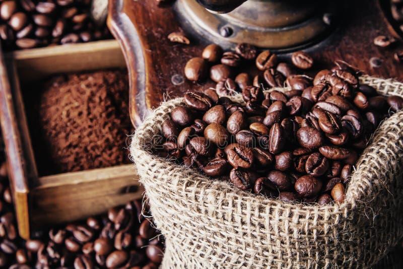 Schleifer und Kaffeebohnen stockfotos