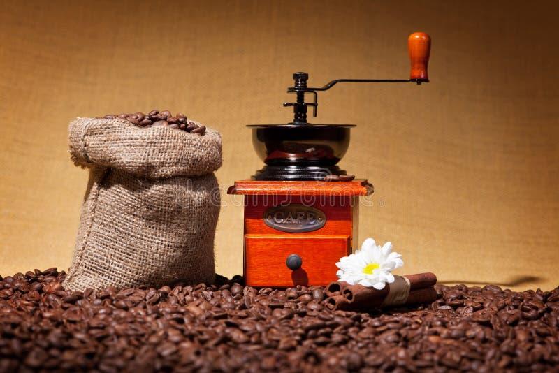 Schleifer- und Leinwandsack auf gebratenem Kaffee stockfotos