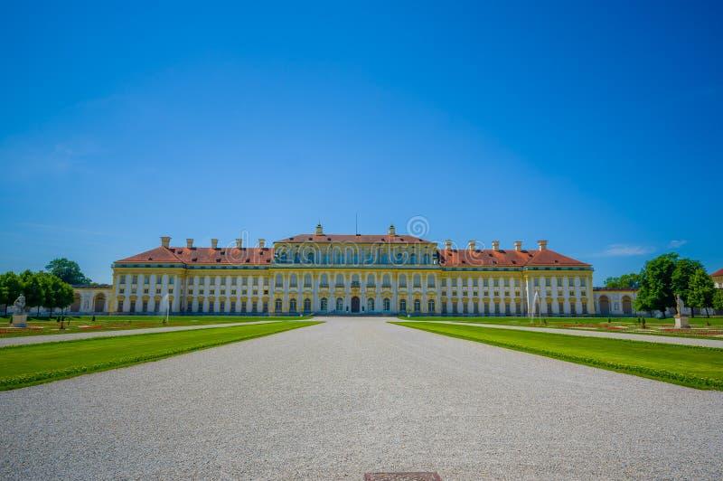 Schleissheim Tyskland - Juli 30, 2015: Huvudsaklig slottbyggnad som sett från grusavenyn som upp till leder ingången som är härli royaltyfri foto