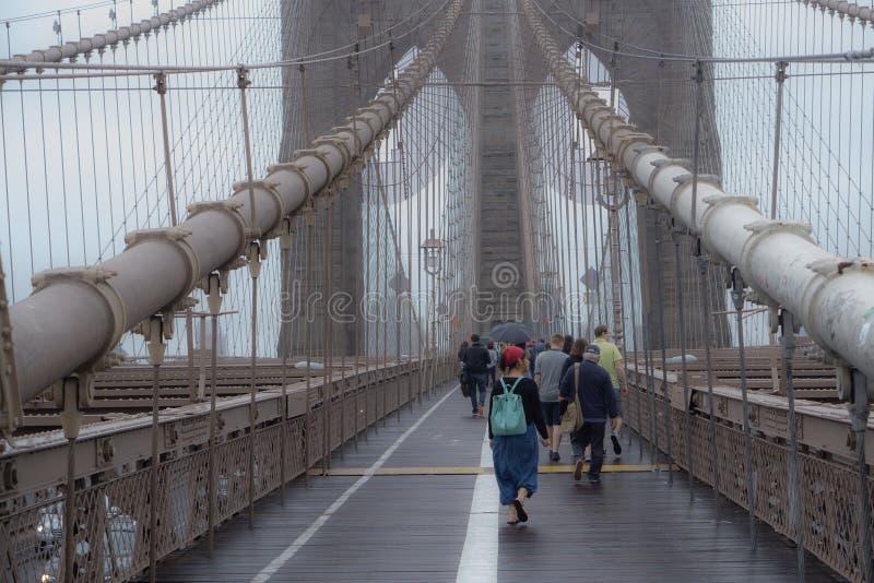 Schlendern über die Brooklyn-Brücke stockfotos