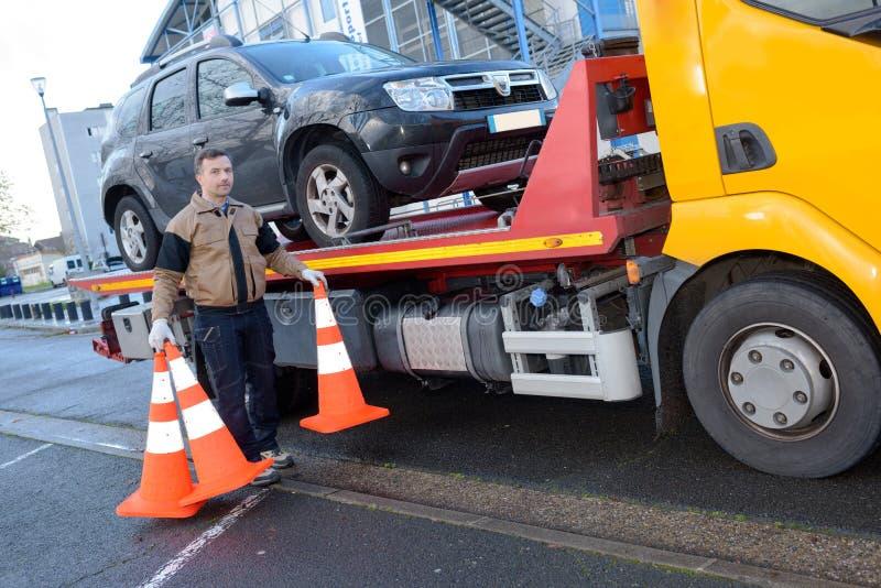 Schleppen des LKW-Fahrers, der Verkehrsschilder entfernt lizenzfreie stockfotos