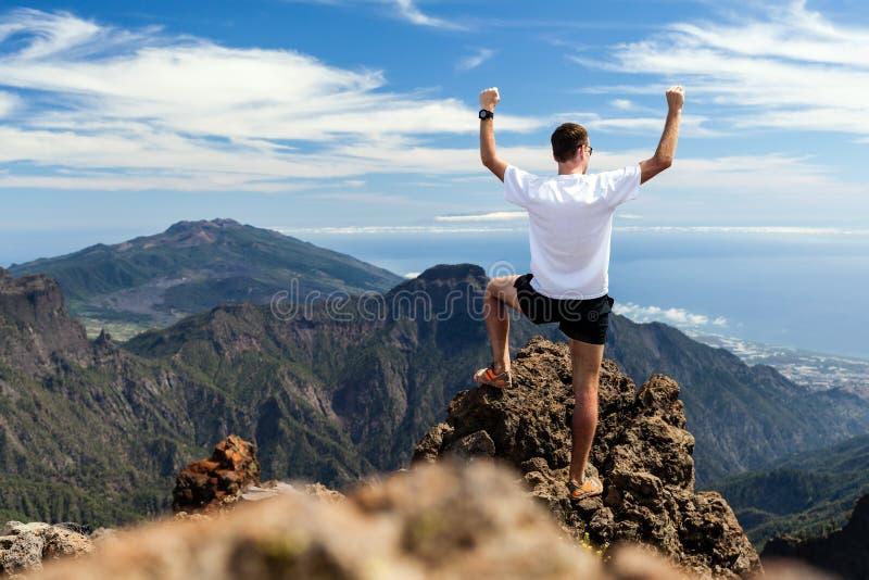 Schleppen Sie Läufererfolg, den Mann, der in Berge läuft lizenzfreie stockfotos